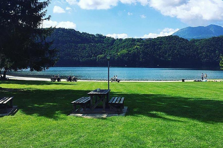 Lago di Levico: prato lungo lago